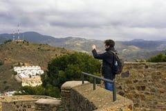 Malaga, Hiszpania, Luty 2019 Mężczyzna podziwia Hiszpańskiego miasto i bierze fotografie Budynki, port, zatoka, statki i góry prz zdjęcia royalty free