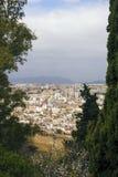 Malaga, Hiszpania, Luty 2019 Panorama Hiszpański miasto Malaga Budynki, port, zatoka, statki i góry przeciw chmurnemu s, zdjęcie stock