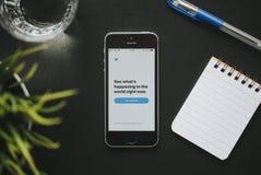MALAGA HISZPANIA, MARZEC, - 6, 2018: Odgórny widok świergotu telefon komórkowy app w iPhone ekranie, umieszczający na czarnym biu fotografia stock