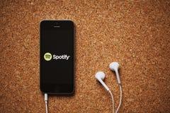 MALAGA HISZPANIA, MARZEC, - 5, 2018: Telefon komórkowy z Spotify logem w parawanowych i białych słuchawkach, umieszczać na korkow Fotografia Royalty Free