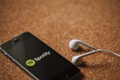 MALAGA HISZPANIA, MARZEC, - 5, 2018: Telefon komórkowy z Spotify logem w parawanowych i białych słuchawkach, umieszczać na korkow Zdjęcie Stock