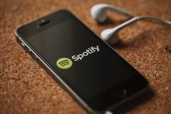 MALAGA HISZPANIA, MARZEC, - 5, 2018: Telefon komórkowy z Spotify logem w parawanowych i białych słuchawkach, umieszczać na korkow Obraz Stock