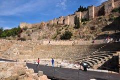 MALAGA, HISZPANIA PAŹDZIERNIK 4, 2014: Turysta odwiedza antycznego rzymskiego theatre na Październiku 4, 2014 w Malaga, Hiszpania Zdjęcia Stock