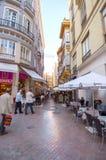 MALAGA - 12 JUIN : Vue de rue de ville avec des terrasses de cafétéria et s Photos libres de droits