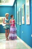 MALAGA - MAJ 15: Två unga flickor som besöker Pablo Picasso Fund Fotografering för Bildbyråer