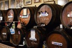 Malaga, Spagna 04 04 2019: Sherry Barrels nella casa autentica famosa de Guardia dell'Antigua del Bodega immagine stock