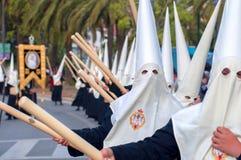 MALAGA SPANIEN - APRIL 09: Nazarenes och musiker från Semana Sa Arkivbilder