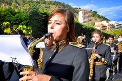 MALAGA SPANIEN - APRIL 09: Nazarenes och musiker från Semana Sa Arkivfoto