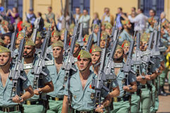 MALAGA SPANIEN - APRIL 09: Spansk Legionarios marsch på ett militar Arkivbilder