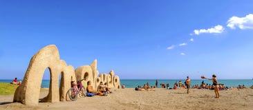 MALAGA SPANIEN - APRIL 20: Välkomnanden för tecken för Malagueta strandingång Royaltyfri Bild