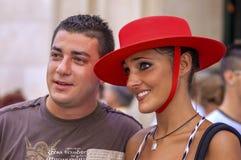 MALAGA SPANIEN - AUGUSTI, 14: En hållande ögonen på folkdanci för unga par Royaltyfri Bild