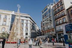 MALAGA SPANIEN - DECEMBER 5th, 2017: Sikten av Malaga centrumliv på jul, med folk som går i gatan och, shoppar Arkivbild