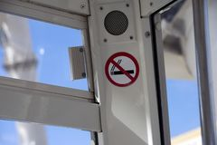 Malaga Spanien, Februari 2019 Inskriften 'inte - röka 'i kabinpariserhjulen royaltyfria foton