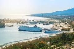 MALAGA SPANIEN - FEBRUARI 16, 2014: Panoramautsikt till porten av Arkivfoto