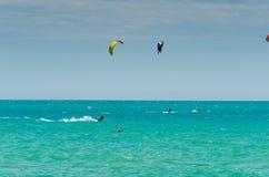 MALAGA SPANIEN - MAJ 25, 201 Kiteboarder tycker om att surfa i blått Royaltyfria Bilder