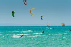 MALAGA SPANIEN - MAJ 25, 201 Kiteboarder tycker om att surfa i blått Arkivfoto