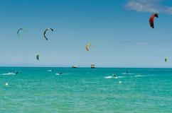MALAGA SPANIEN - MAJ 25, 201 Kiteboarder tycker om att surfa i blått Royaltyfri Foto