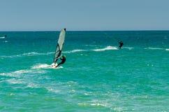 MALAGA SPANIEN - MAJ 25, 201 Kiteboarder tycker om att surfa i blått Royaltyfri Bild
