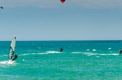 MALAGA SPANIEN - MAJ 25, 201 Kiteboarder tycker om att surfa i blått Royaltyfria Foton
