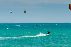 MALAGA SPANIEN - MAJ 25, 201 Kiteboarder tycker om att surfa i blått Arkivfoton
