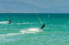 MALAGA SPANIEN - MAJ 25, 201 Kiteboarder tycker om att surfa i blått Arkivbild