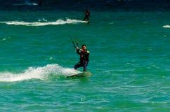 MALAGA SPANIEN - MAJ 25, 201 Kiteboarder tycker om att surfa i blått Fotografering för Bildbyråer
