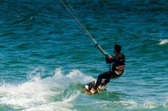 MALAGA SPANIEN - MAJ 25, 201 Kiteboarder tycker om att surfa i blått Arkivbilder