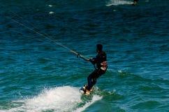 MALAGA SPANIEN - MAJ 25, 201 Kiteboarder tycker om att surfa i blått Royaltyfri Fotografi