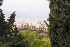 Malaga, Spanje, Februari 2019 Panorama van de Spaanse stad van Malaga Gebouwen, haven, baai, schepen en bergen tegen bewolkt s stock foto's