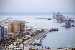 Malaga, Spanje, Februari 2019 Panorama van de Spaanse stad van Malaga Gebouwen, haven, baai, schepen en bergen tegen bewolkt s royalty-vrije stock afbeelding