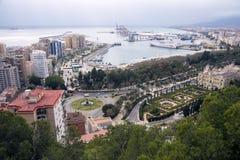 Malaga, Spanje, Februari 2019 Panorama van de Spaanse stad van Malaga Gebouwen, haven, baai, schepen en bergen tegen bewolkt s royalty-vrije stock foto