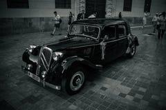Malaga, Spanje - Juni 24: De toeristen lopen voorbij een auto wordt verfraaid die voor royalty-vrije stock foto's