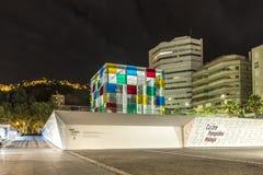 MALAGA, SPANJE - Juni 28, 2018: Nachtcityscape van het museum van Centre Pompidoumalaga in de haven van Malaga, Spanje stock afbeeldingen
