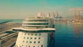 MALAGA, SPANJE - SEPTEMBER 27, 2018 Luchtmening van cruiseschip Mein Schiff 5 in de zeehaven stock videobeelden