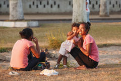 Malagasy ομορφιές, γυναίκα με τη στήριξη παιδιών στο πάρκο Στοκ Φωτογραφία