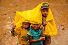 Malagasy παιδιά στη βροχή Στοκ Εικόνες
