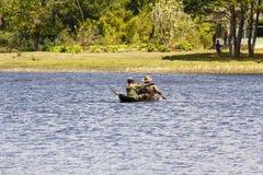 Malagasy ψαράδες σε ένα παραδοσιακό αλιευτικό σκάφος - Μαδαγασκάρη Στοκ εικόνα με δικαίωμα ελεύθερης χρήσης