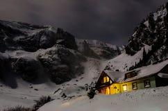 Malaiesti kabin i Carpathian berg Arkivfoton