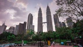 Malaisia de Kuala Lumpur del lapso de tiempo del panorama 4k del día de las torres gemelas de Petronas del parque de KLCC almacen de video