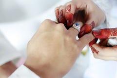 Malajiska bröllopfru som sätter en silver Ring On Husband Hand Selecti Arkivfoton