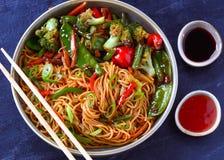 Malajscy kuchni Hakka kluski z fertaniem smażą veggies fotografia stock