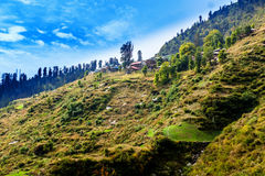 Malana村庄在蓝天,喜马偕尔省,印度下 免版税库存图片