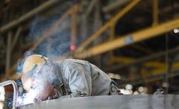 malande arbetare för manuell svetsning för tung industri Arkivbilder