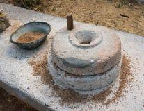 Malande kvarnstenar för forntida korn Arkivbild