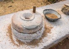 Malande kvarnstenar för forntida kornhand Arkivbilder
