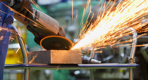 Malande stål för arbetare vid den elektriska malande maskinen Arkivbilder