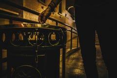 Malande ut cigarett för skördman arkivfoton
