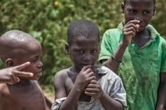 MALANJE/ANGOLA - 10 BRENGEN 2018 in de war - Portret van Afrikaanse jongens in de provincie van Malanje Angola stock fotografie