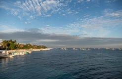 MALAPASCUA, FILIPINAS - 7 DE FEVEREIRO DE 2018: Praia vazia em Malapascua, Filipinas imagem de stock