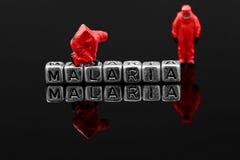 Malaria op parels met miniatuurschaal model chemisch team royalty-vrije stock fotografie